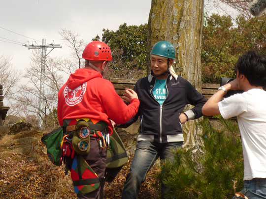 三田村邦彦さんの初めてのツリークライミング挑戦!さあ、登りましょう!