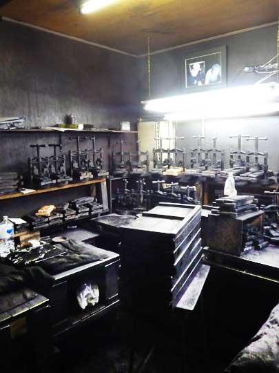 鈴鹿墨の工房 この黒光している部屋で墨は長年作られてきました。