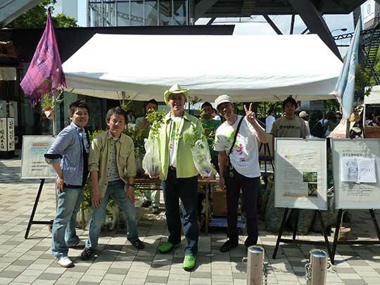名古屋テレビ塔の前ではサテライトで名古屋フェアトレード同時開催の 名古屋グリーンウエーブ2011の苗木配布も行われていた