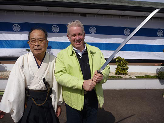 ここでは日本刀で「居合」いあいを見せてくれます! ワオ!日本刀は重いゥウ!。。。