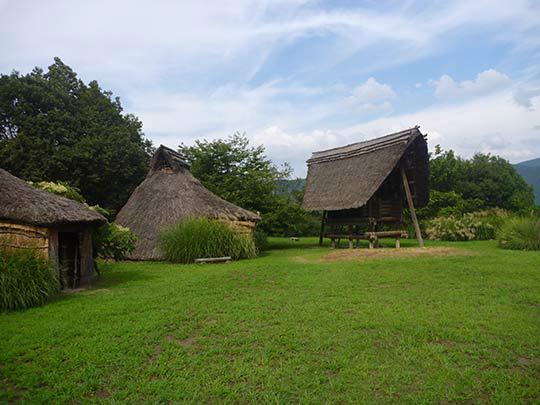 ここでは縄文時代の住居を再現している