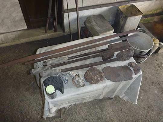 これが日本刀を作るための材料。 砂鉄から一本の刀になるまで物凄いプロセスを必要とする。